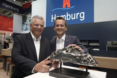 Hamburg, Northern Germany's innovation location, is presenting two of Germany's most innovative cutting-edge research Projects at the Hannover Messe 2018: the automotive industry's largest functional component produced for Bugatti using 3D printing technology and European XFEL, the world's largest X-ray laser. Photo: Professor Emmelmann (Fraunhofer IATP) and Dr. Rolf Strittmatter (Hamburg Invest) – photo credit: Hamburg Invest / Stefan Groenveld (PRNewsfoto/Hamburg Marketing GmbH)
